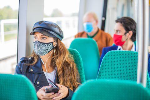 Reizigers mondkapje metro RET (foto: MRDH/Verkijk.nl)