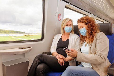 Reizigers met mondkapje in trein (foto: NS)