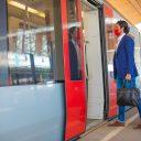 Reiziger met mondkapje bij metro RET (foto: MRDH/Verkijk.nl)