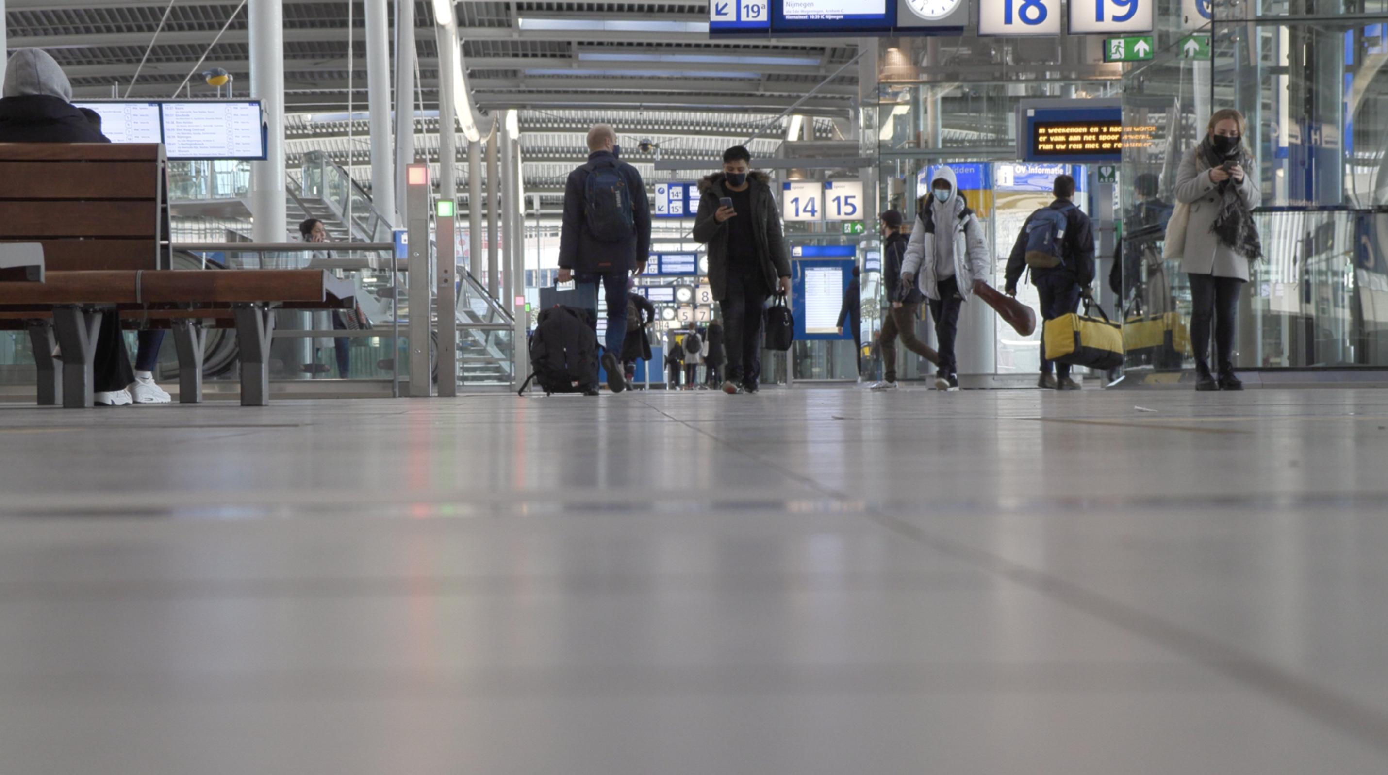 Reizigers stationshal Utrecht CS