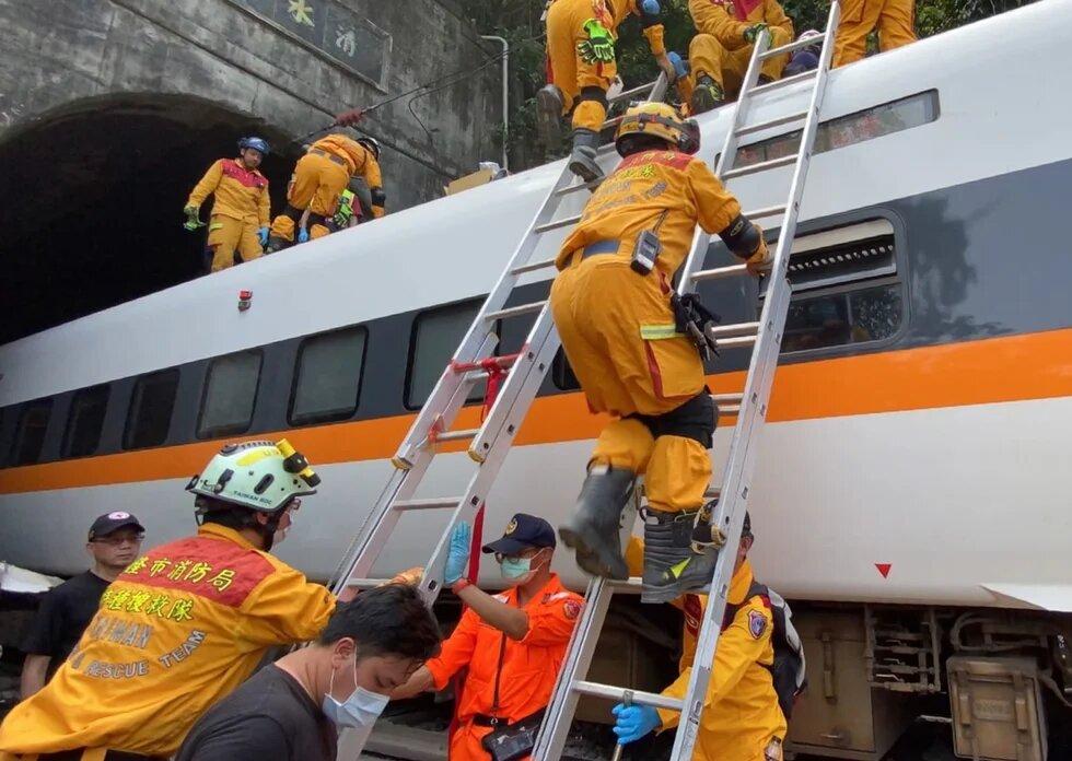 Ontsporing Taiwan, foto: EPA/Keelung City Fire Department