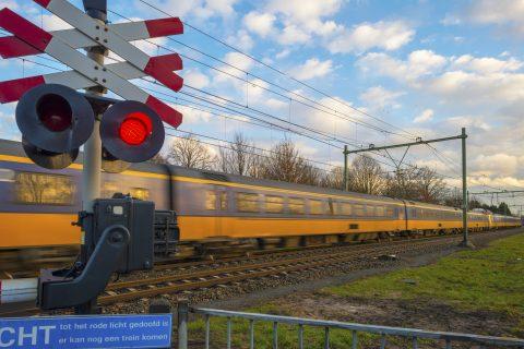 Trein op overweg. Foto: iStock / photonaj